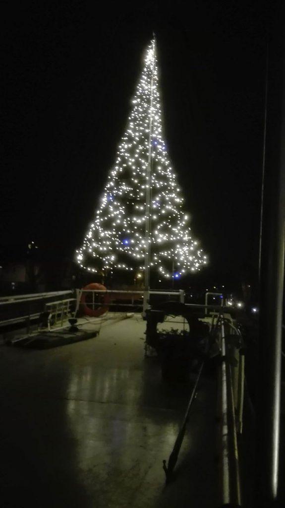 Grote kerstboom aan dek